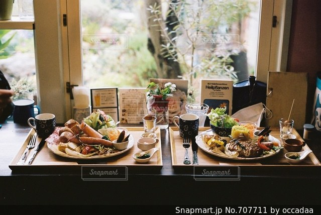 食物と一緒にテーブルに座っている人々 のグループ - No.707711