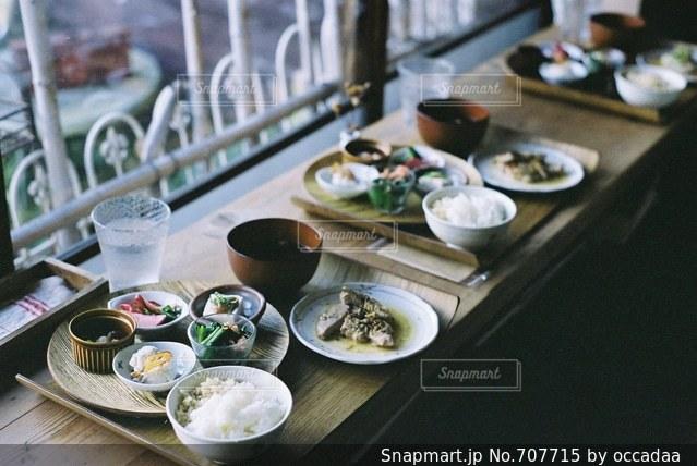 テーブルの上に食べ物のプレートの写真・画像素材[707715]