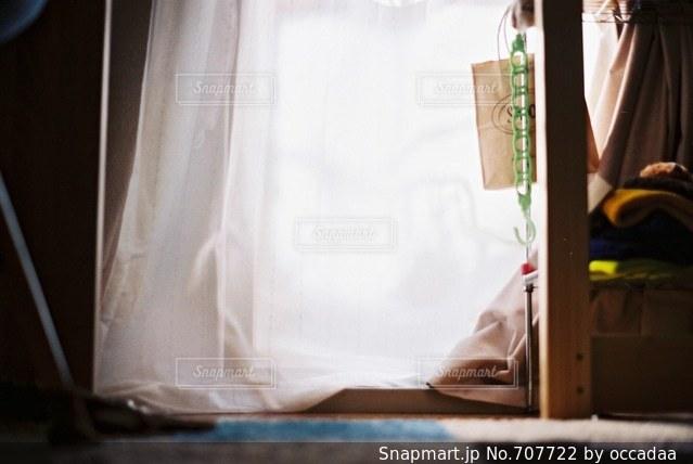 ベッドの上で座っている男 - No.707722