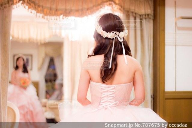 ウエディング ケーキの前に立っている女性の写真・画像素材[787675]