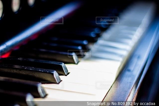近くにピアノの鍵盤のアップ - No.809392