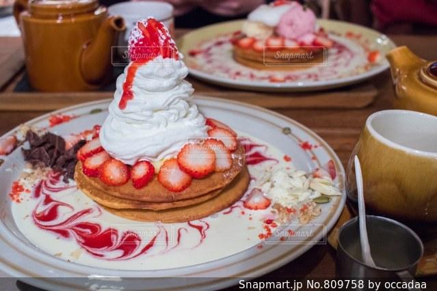 皿の上のケーキを持つテーブルの写真・画像素材[809758]