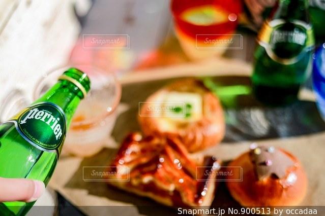 テーブルの上のビール瓶の写真・画像素材[900513]
