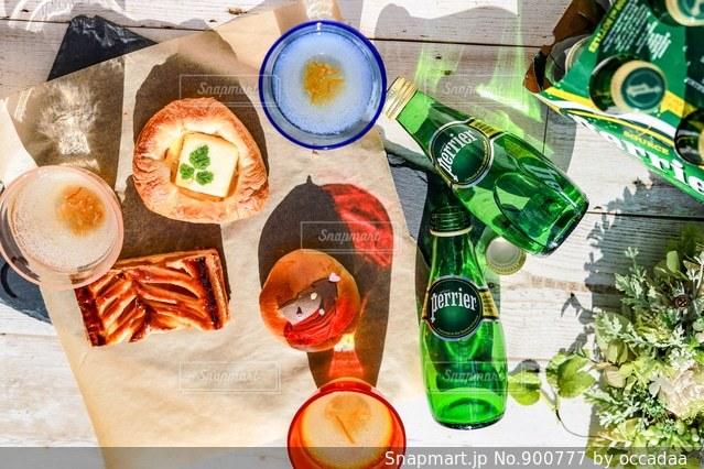 近くのテーブルの上に食べ物をの写真・画像素材[900777]