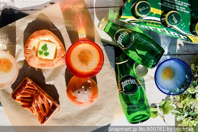 テーブルの上に食べ物のトレイ - No.900781