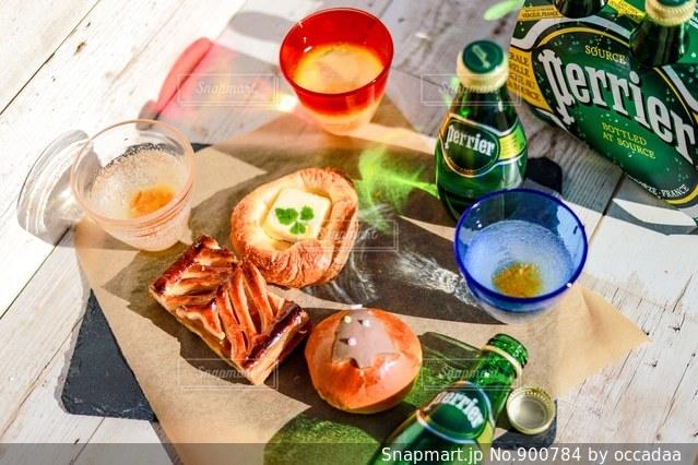 テーブルの上に食べ物のプレートの写真・画像素材[900784]