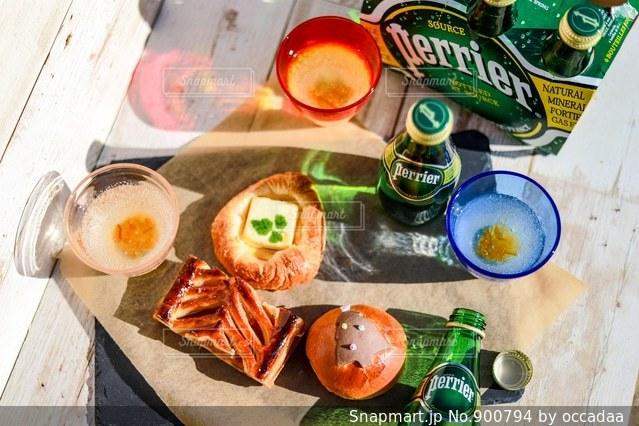 テーブルの上に食べ物の写真・画像素材[900794]