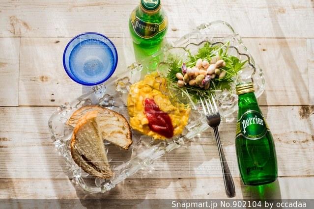 ボトルと木製のテーブルの上のビールのグラスの写真・画像素材[902104]