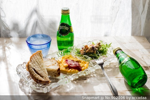 ワインとビール、テーブルの上のガラスのボトル - No.902106