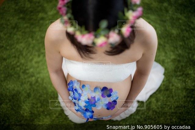ケーキでテーブルに座っている女の子の写真・画像素材[905605]