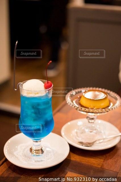 テーブルの上のコーヒー カップの写真・画像素材[932310]
