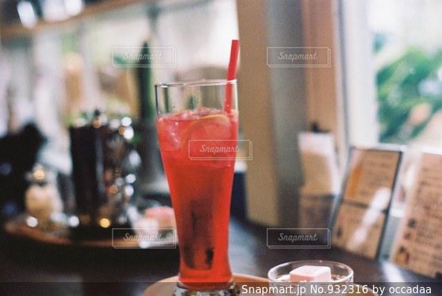 近くのテーブルにビールのグラスをの写真・画像素材[932316]