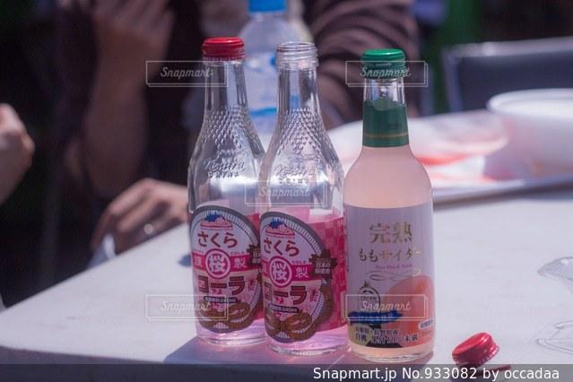 テーブルの上のビール瓶の写真・画像素材[933082]
