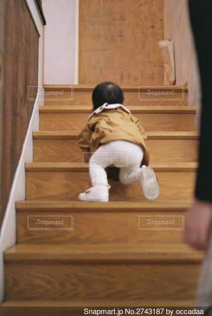 部屋に立っている小さな男の子の写真・画像素材[2743187]
