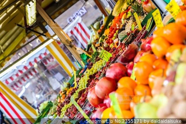 カラフルな食べ物でいっぱいの店の写真・画像素材[2355171]