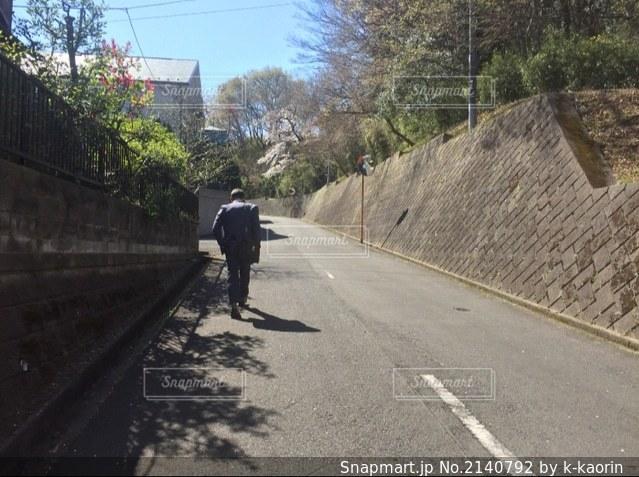 坂道を越えての写真・画像素材[2140792]
