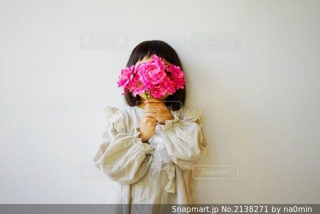 女の子とピンクの花の写真・画像素材[2138271]