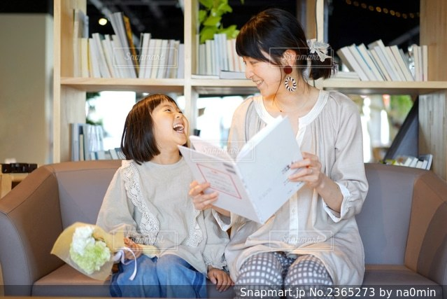 親娘で笑顔の写真・画像素材[2365273]