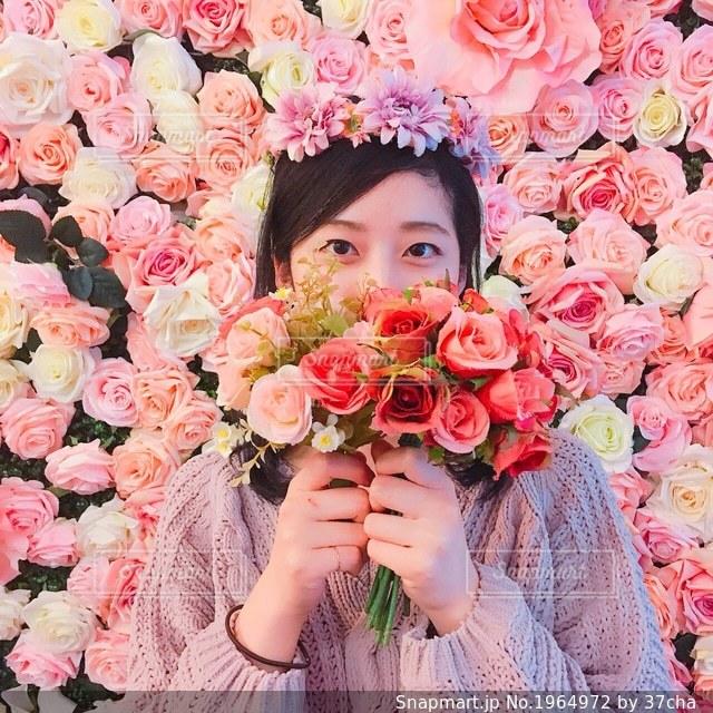 お花に囲まれるだけで幸せの写真・画像素材[1964972]
