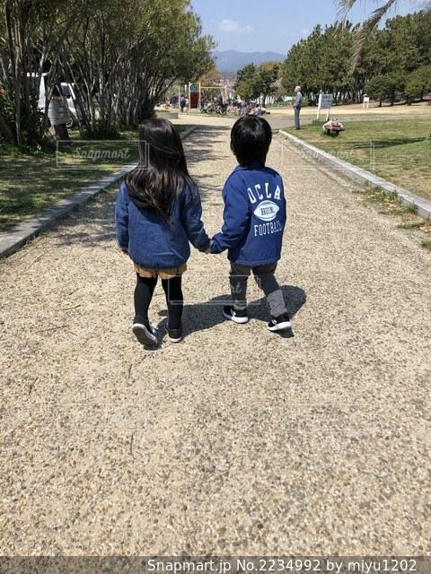 手を繋ぐ女の子と男の子の後ろ姿の写真・画像素材[2234992]