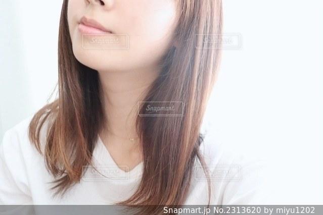 白いシャツを着た女性の写真・画像素材[2313620]