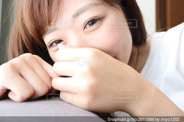 自分撮りをしている若い女の子の写真・画像素材[2911588]
