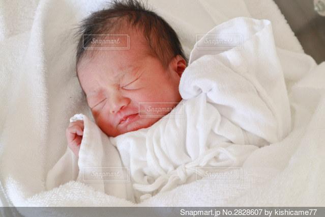 起きかけの赤ちゃんの写真・画像素材[2828607]