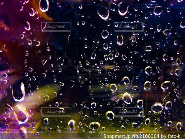 窓ガラスに当たった雨粒の写真・画像素材[2108304]