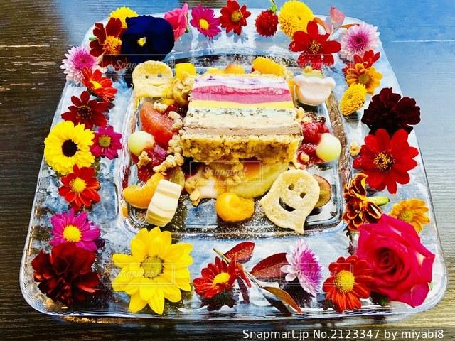 お花に囲まれたケーキの写真・画像素材[2123347]