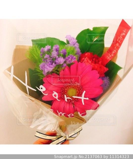 ピンクの花でいっぱいの花瓶の写真・画像素材[2137063]