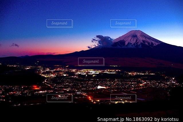 忍野村の夜景とマジックアワーの富士山の写真・画像素材[1863092]