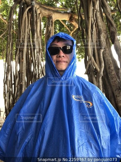 森の前に立つ青いシャツを着ている人の写真・画像素材[2259767]