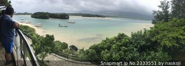 水域の隣の川に沿って移動するボートの写真・画像素材[2333551]