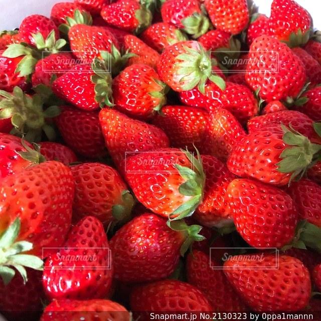 異なる種類の果物の束の写真・画像素材[2130323]