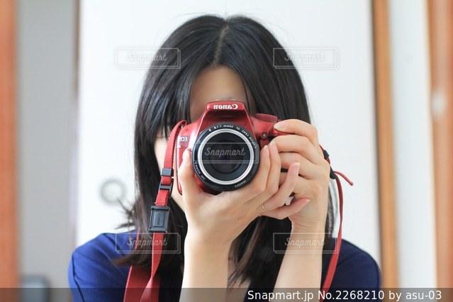 鏡に向かっての写真・画像素材[2268210]
