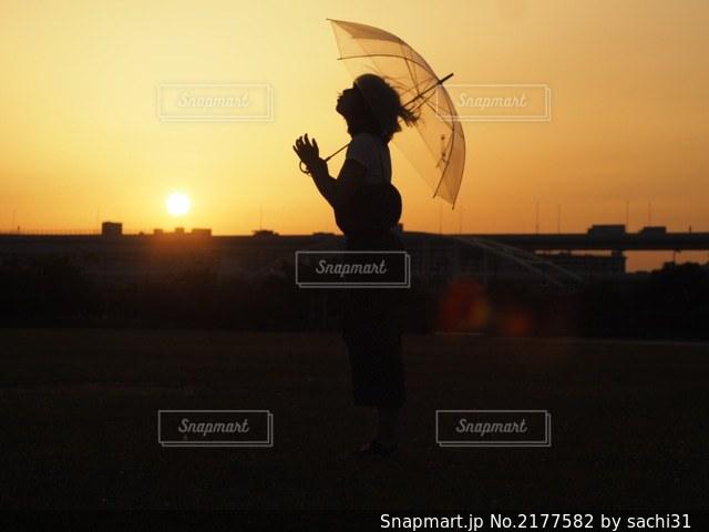 雨上がりの夕焼けの写真・画像素材[2177582]