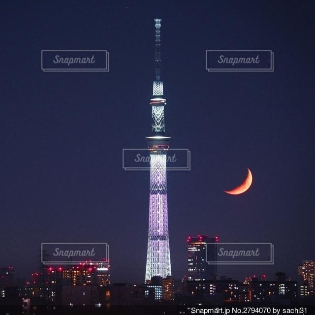 東京スカイツリーと三日月の写真・画像素材[2794070]