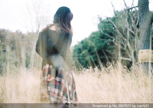 乾いた草原に立っている人の写真・画像素材[3897970]