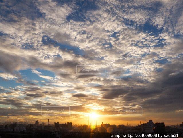 都市に沈む夕日の写真・画像素材[4009608]