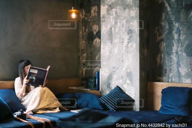 ベッドに座っている人の写真・画像素材[4432842]