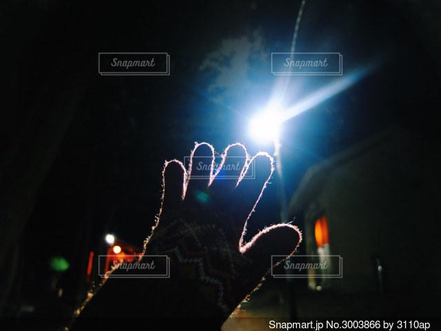 街灯に手を伸ばすの写真・画像素材[3003866]