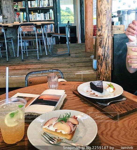 食べ物の皿を持つダイニングテーブルの写真・画像素材[2259147]