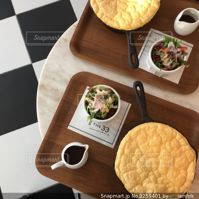 テーブルの上の食べ物の写真・画像素材[2259401]
