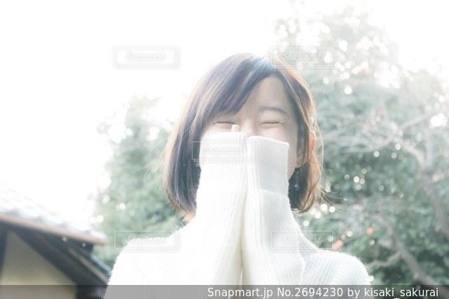 白いシャツを着た女性の写真・画像素材[2694230]