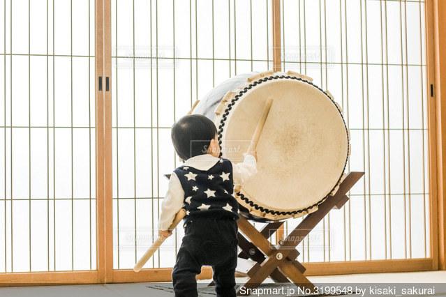 太鼓をたたく子供の写真・画像素材[3199548]