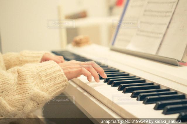 ピアノを弾く手元の写真・画像素材[3199549]