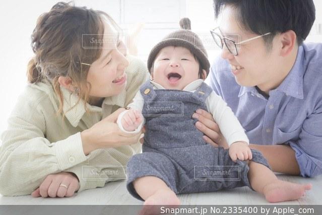 赤ん坊を抱いている女性の写真・画像素材[2335400]