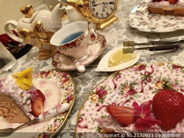 テーブルの上にケーキの一切れの食べ物の皿の写真・画像素材[2132021]