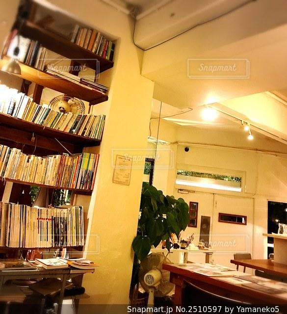 本棚のある部屋の写真・画像素材[2510597]