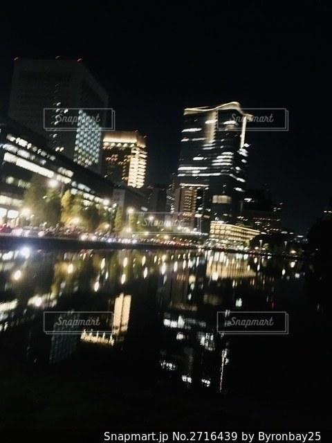 水面に反射している夜景 リフレクションの写真・画像素材[2716439]